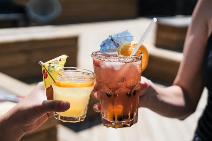 idée boisson gingembre et citron, faire du thé glacé facile avec tranches d'orange, idée comment servir un thé froid maison