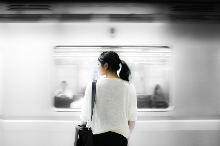 voyager avec les transports communs, jeune fille devant le métro, fille avec t shirt blanc, pantalon noir