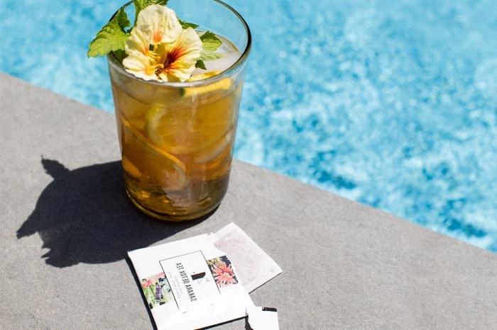 quelle boisson autour de piscine, idée thé glacé menthe et citron, recette thé vert glacé avec tranches de citron