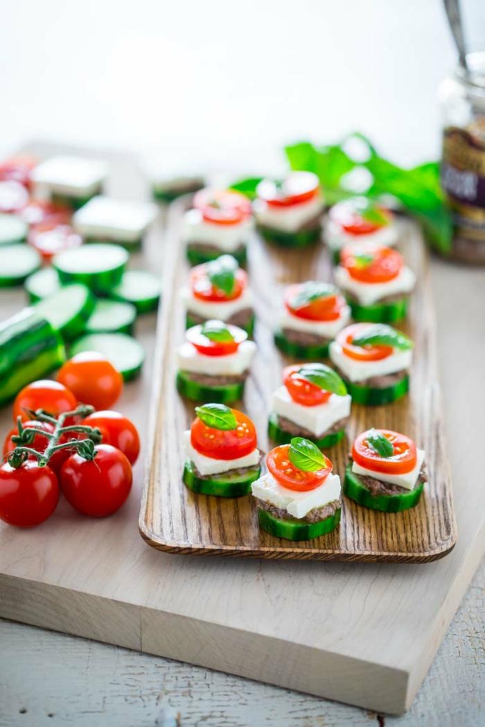amuses bouches originaux, ronds de concombre, tomate cerise, bébés épinards, plateau bambou