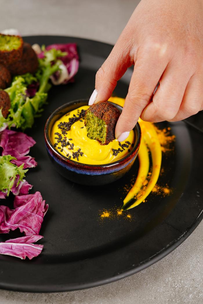apero dinatoire light, boulette au pois chiche, persil et oignon vert avec sauce tahini au curcuma