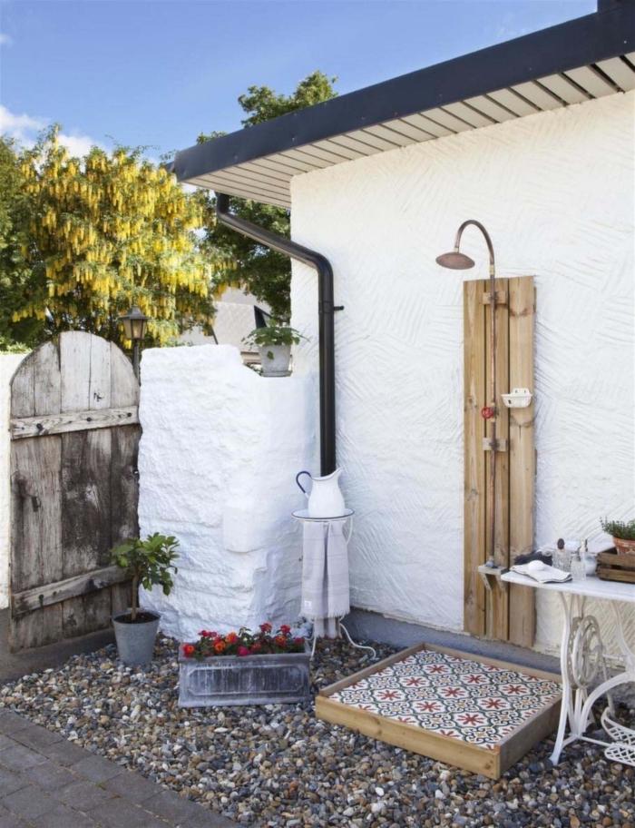 décoration de style campagne et rustique, aménagement de salle de bain en plein air avec douche cuivre et bois