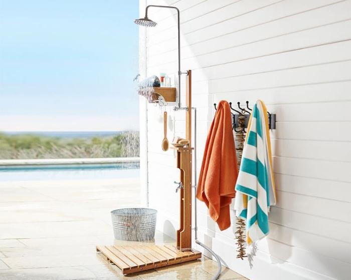 aménagement petite salle d'eau avec douche mobile en bois et métal, décoration rustique salle d'eau extérieure