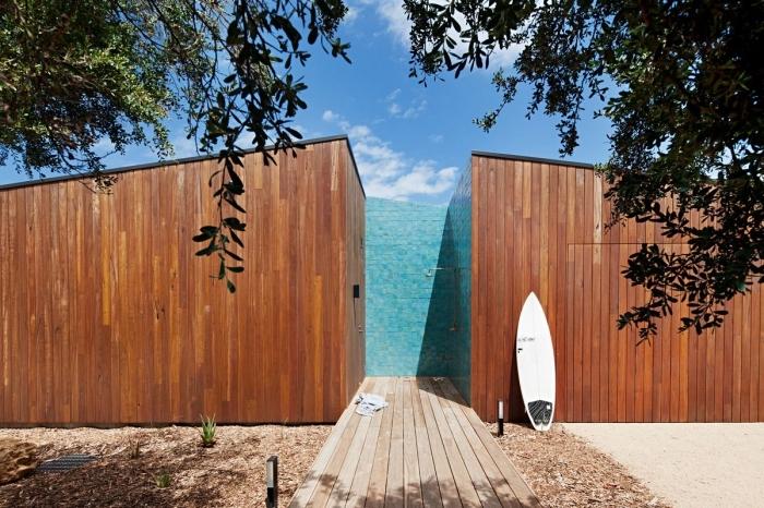 idee amenagement jardin, modèle de douche en plein air aux murs bois et pan de mur en carrelage mosaïque turquoise