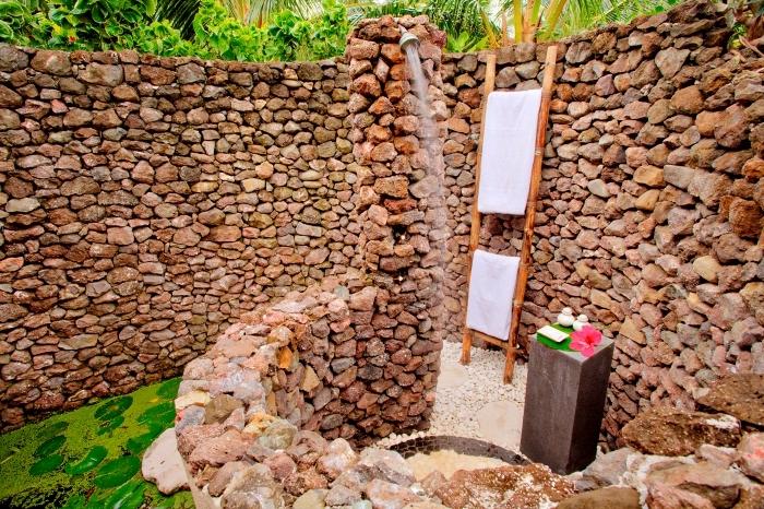 exemple comment aménager son jardin, modèle de douche d extérieur à eau froide avec petite table béton pour accessoires de bain
