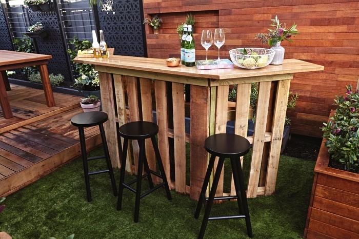 fabriquer meuble avec palettes récupérées pour aménager un bar de jardin extérieur, bar à cocktails en palettes
