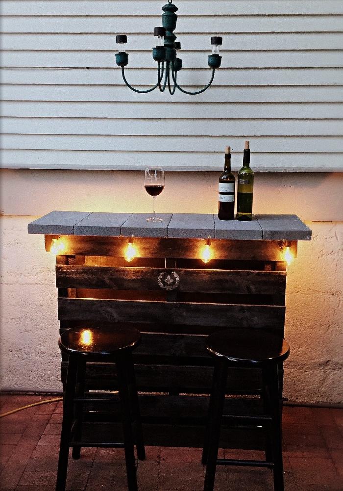 bar en bois de palette récup avec plateau en dalles de ciment, meuble de bar en palettes
