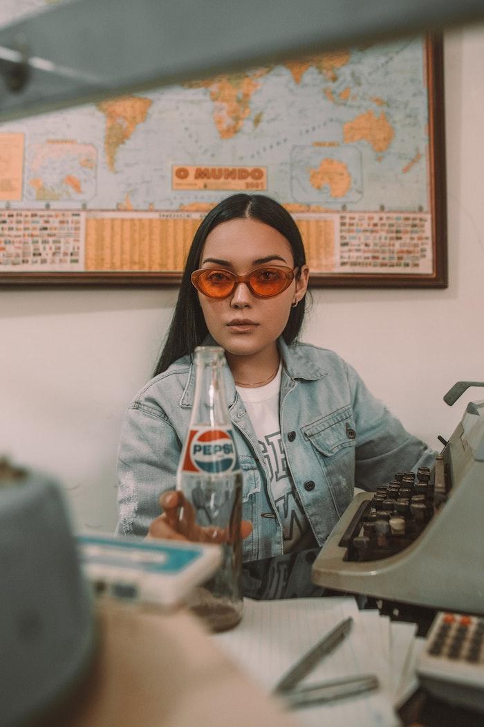 Pepsi images swag, comment faire une photo swag, lunettes de soleil oranges modernes, veste en jean et t shirt blanche