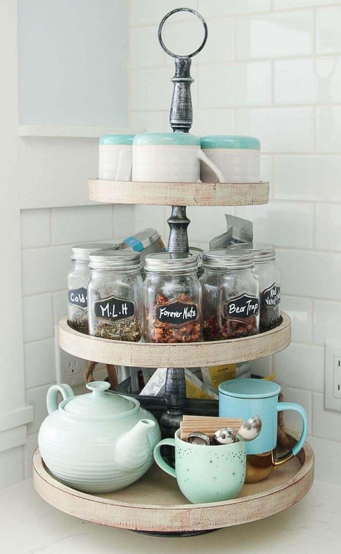 Déco table à trois étages, cool idée rangement d'epises ou de thés, la plus belle cuisine du monde, vintage cuisine style campagne