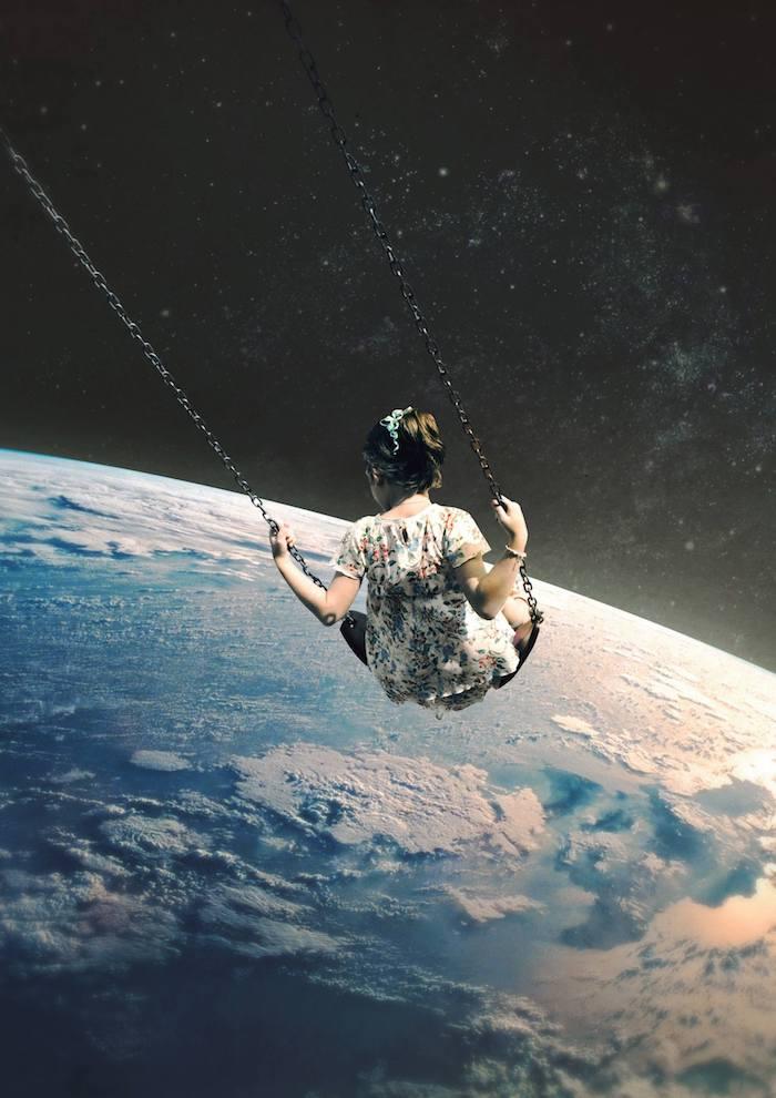 Image de la terre de haut, fille en balançoire, cool idée pour tatouage swag, image art representation