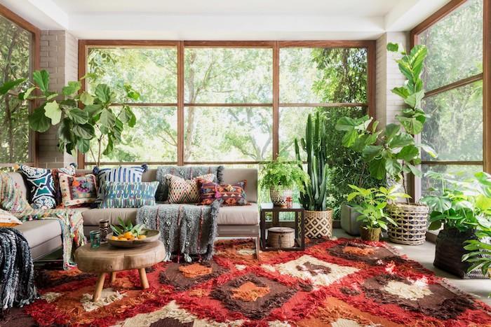 Shaggy tapis rouge, déco berbère, tapis berbere, chambre joliment décorée, porte fenêtre décoré de plantes vertes, chouette idée pour le salon moderne ethnique