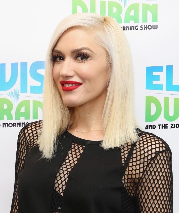coiffure de célébrité de Gwen Stefani aux cheveux en carré long, couleur de cheveux blond blanc de Gwen Stefani