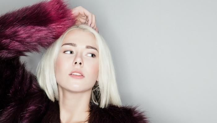 coiffure cheveux mi longs lisses, coloration blond froid sur cheveux de base châtain, couleur de cheveux blonds pour yeux verts