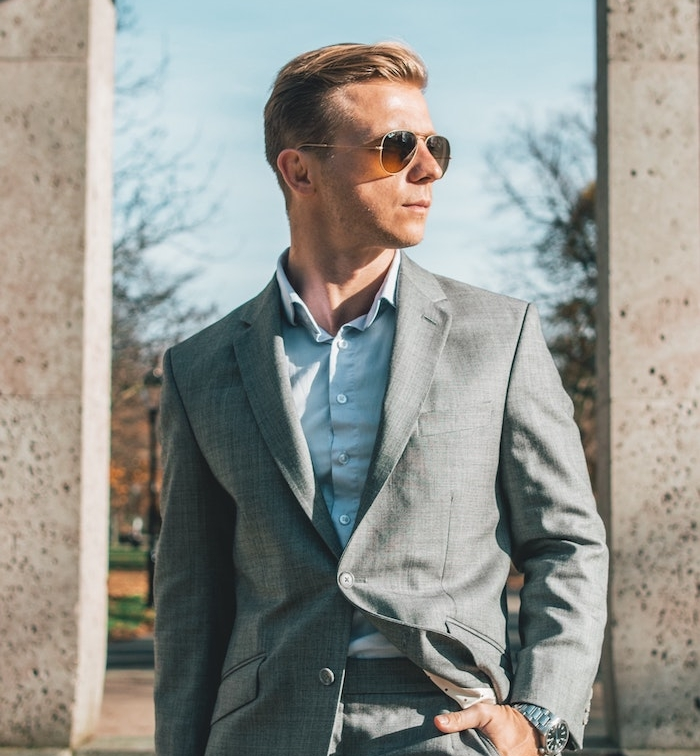 idée de tenue classe homme, comment porter le costume en été, chemise blanche, veste déstructurée, lunettes de soleil, costume gris clair
