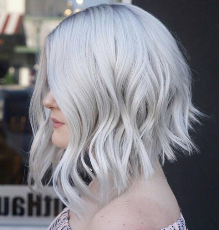 comment coiffer une coupe carré plongeant, idée coiffure facile pour cheveux mi longs, coloration blond polaire