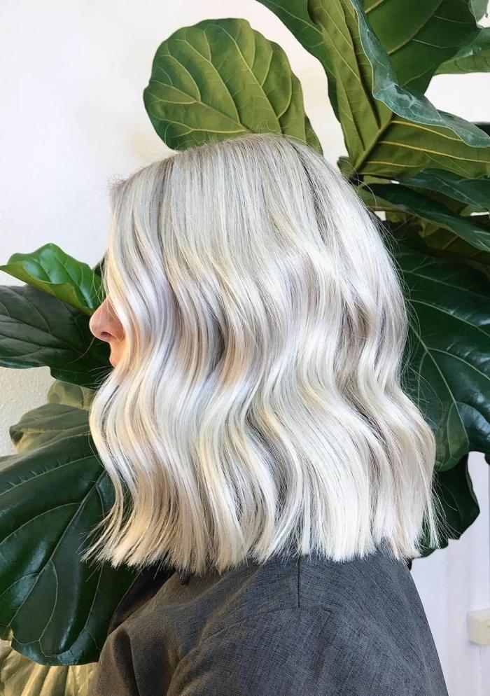 exemple de carré long blond blanc aux reflets gris, modèle de coiffure facile sur cheveux lisses avec vagues