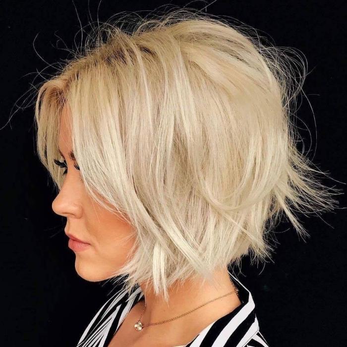 idée coupe courte femme tendance 2019, modèle de carré court dégradé sur cheveux lisses avec volume et racines foncées