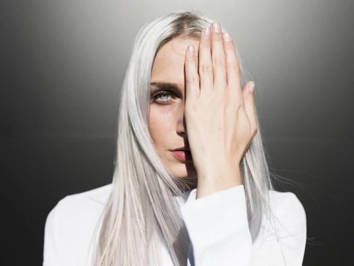 technique de coloration 2019 aux racines châtain foncé et longueur éclaircies en blond blanc, coupe de cheveux longs en couches