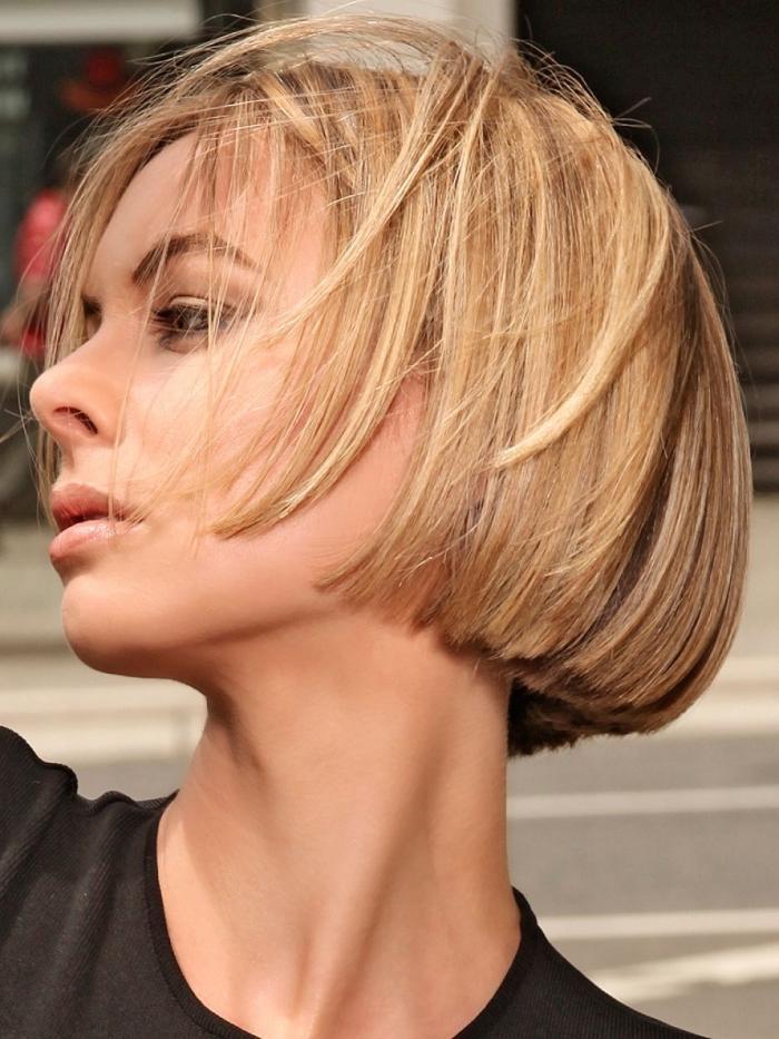 coupe au carré femme, idée maquillage aux yeux smoky et lèvres nude, couleur de cheveux blond caramel avec racines châtain
