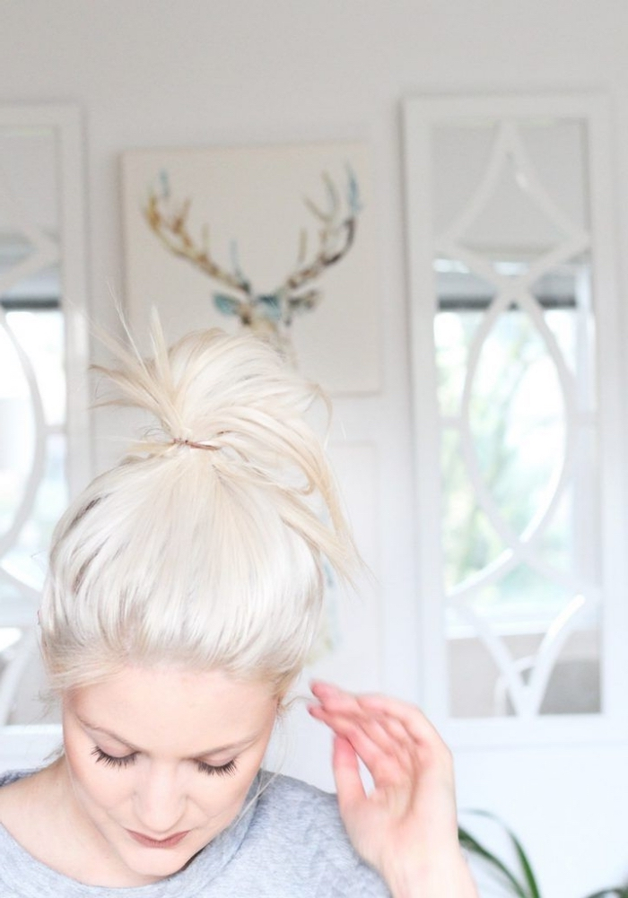 diy coloration en blond polaire sur cheveux blonds, exemple comment porter ses cheveux longs attachés en chignon haut