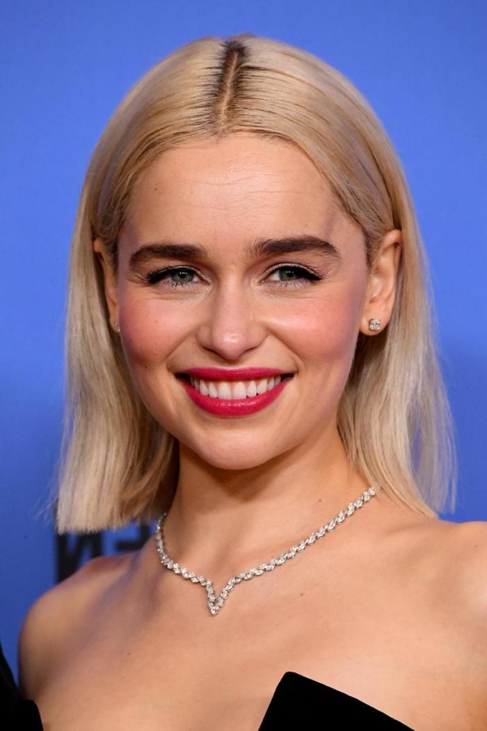 Emilia Clarke aux cheveux mi longs en carré avec raie de côté, idée coupe pour cheveux lisses tendance 2019