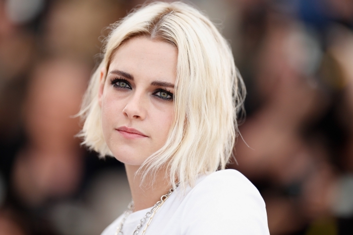 coiffure célébrité de Kristen Stewart aux cheveux en carré blond plongeant, coloration blond platine avec racines châtain