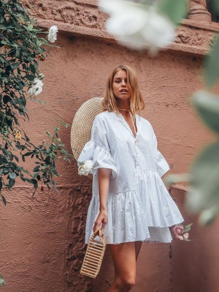 idée robe boheme blanche, modèle de robe tunique courte et fluide aux manches courtes bouffantes avec décolleté en v