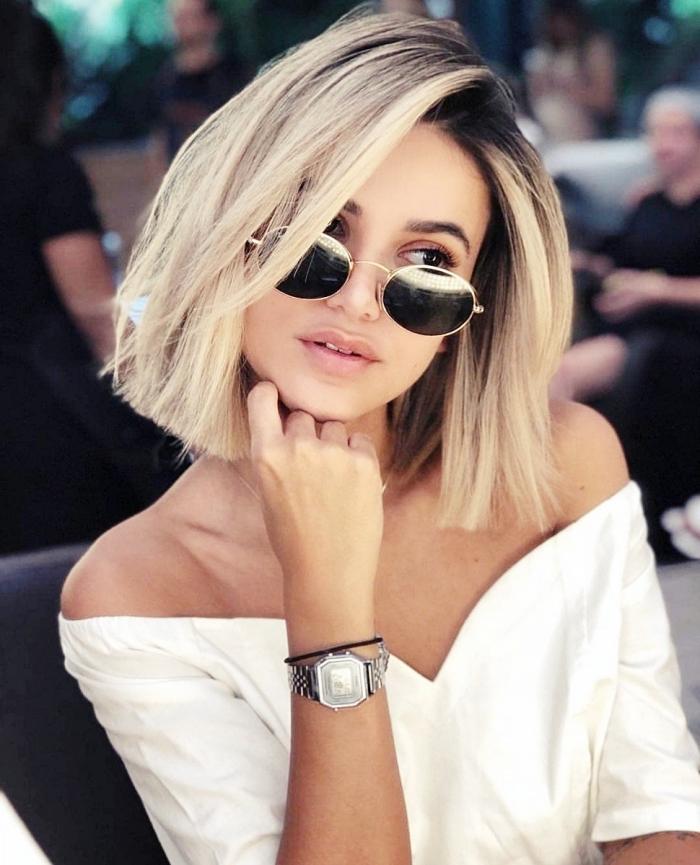 modèle de blouse blanche aux manches courtes tombantes et décolleté en v, idée carré plongeant blond mi long