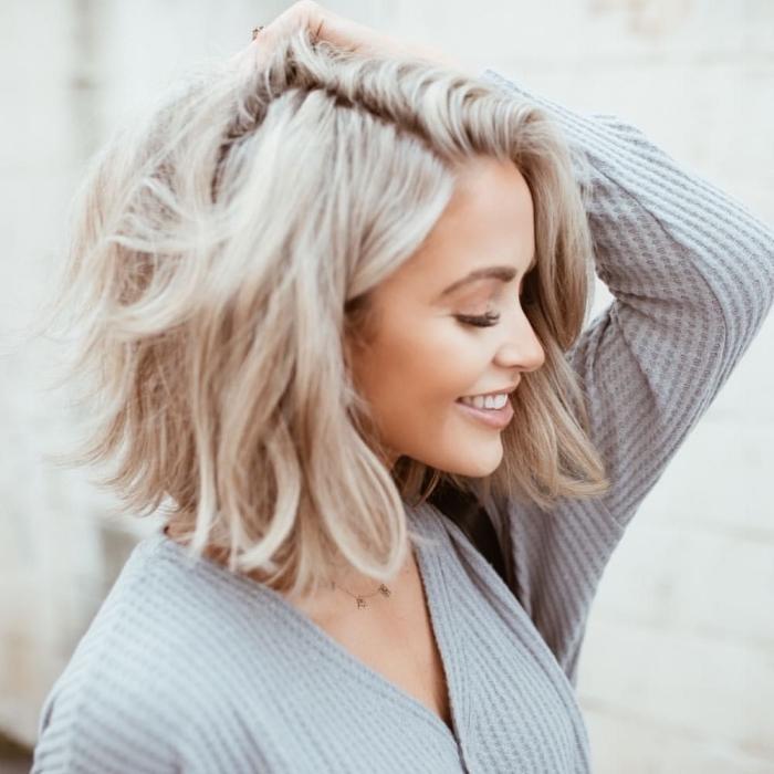 coiffure cheveux volumineux en coupe carré plongeant long avec ondulations à effet wavy, couleur de cheveux blond cendré