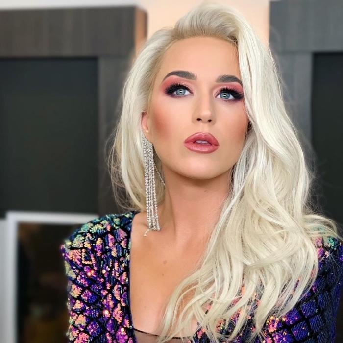 coiffure célébrité aux cheveux longs lâchés de Katy Perry, idée coloration tendance patine blond avec racines châtain clair