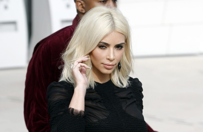 célébrité avec couleur de cheveux blonde, Kim Kardashian avec coupe carré plongeant long de couleur blond blanc