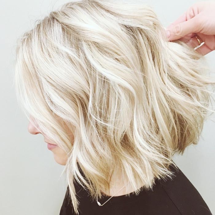 cheveux de couleur blond cendré, coiffure pour carré plongeant mi long avec ondulations à effet wavy façon plage