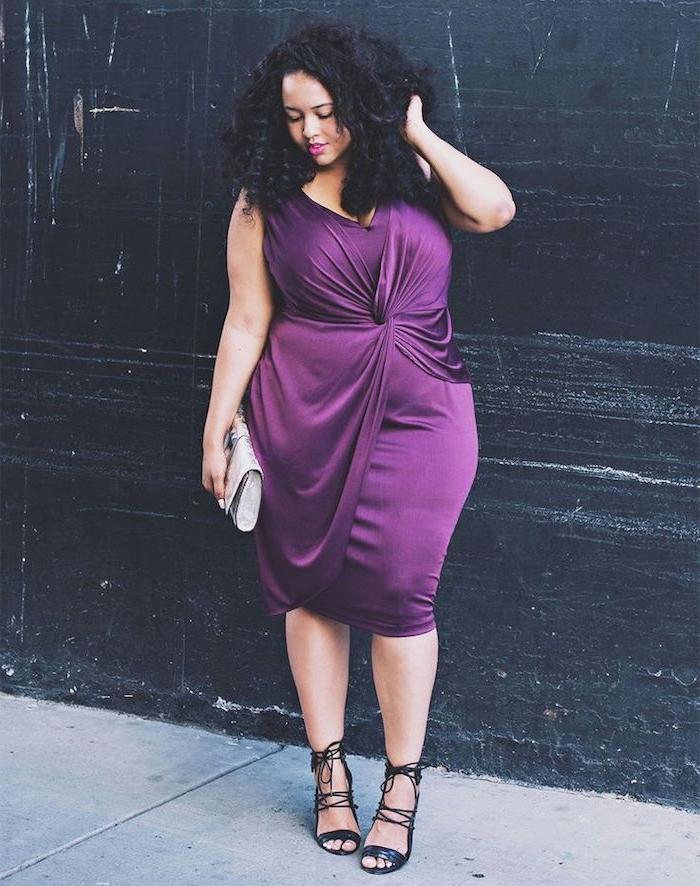 robe de soirée grande taille femme ronde, modele de robe drapée couleur mauve prune sans manches et chaussures à talon noires
