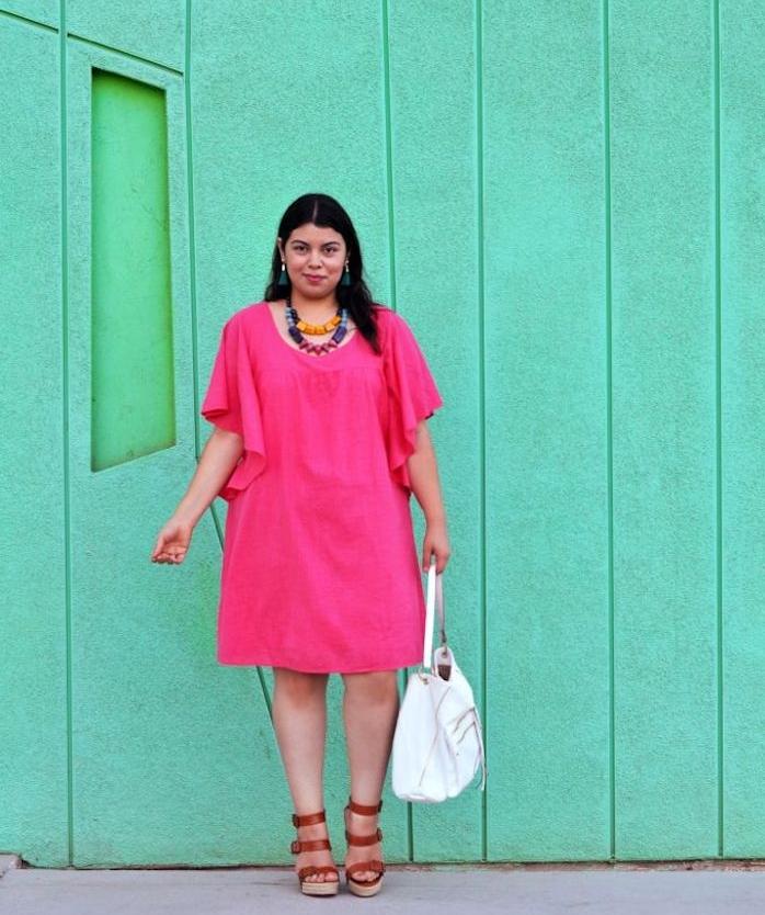 robe rose pastel à manches longues flottantes, idée de robe droite femme ronde, sandales marron