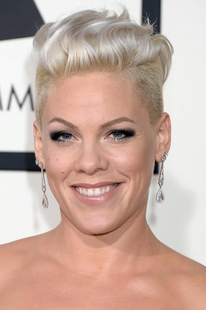 couleur de cheveux blond blanc, idée coupe de cheveux courts pour femme, coiffure cheveux courts avec volume