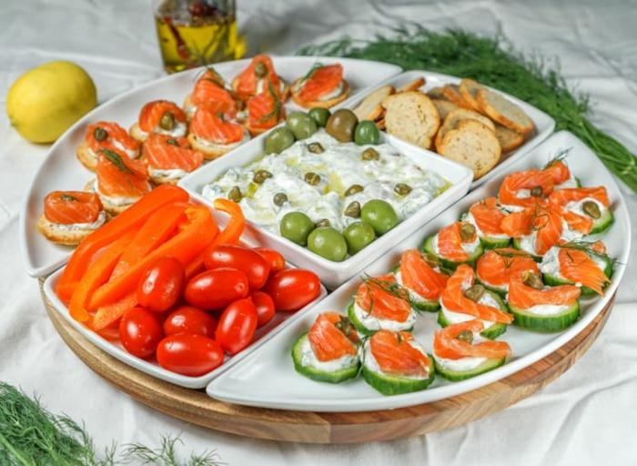 courgettes au fromage et au saumon fumé, poivrons rouges, tomates cerises, bruschettas originaux, sauce yaourt et olives