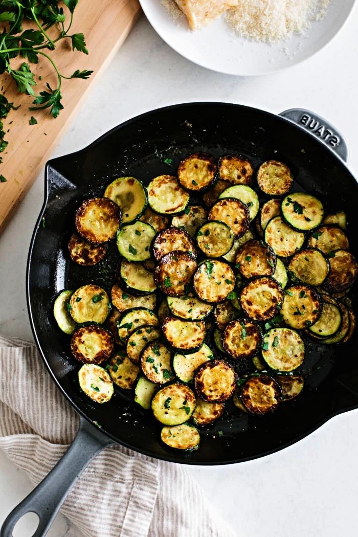 comment cuisiner des courgettes poêlées, recette rapide de courgettes sautées au parmesan