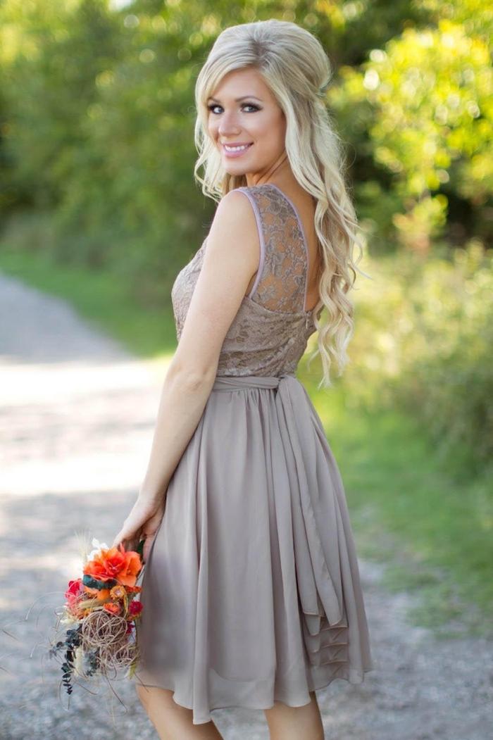 Idée comment s'habiller bien pour un mariage, tenue habillée femme mariage, robe courte en dentelle