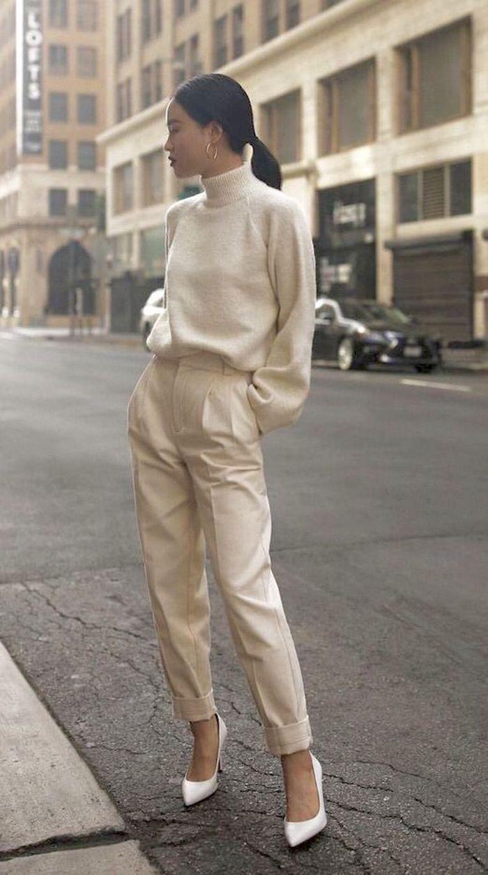 Couleur crème tendance très féminine tenue chaussures classiques blanches à talon, femme casual mode, image stylée, tenue chic femme