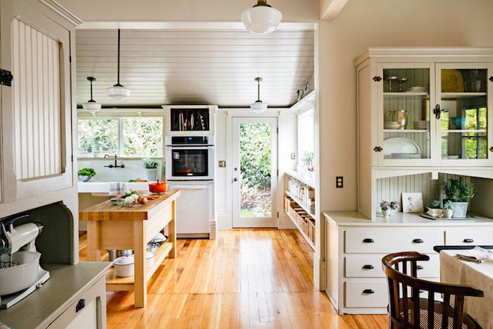 Cuisine avec balcon porte en verre qui donne au jardin vert, deco vintage, cuisine déco, pièce importante dans la maison