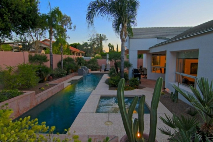 amenagement exterieur, grands cactus, terrasse en dalles de béton, villa contemporaine, longue piscine, parterre surélevé