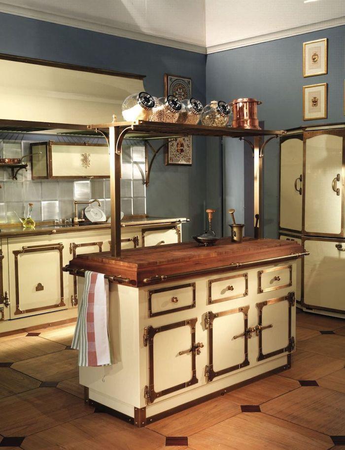 Blanc et bois cuisine vintage originale, mur bleu-gris couleur de peinture vintage, déco cuisine vintage, design cuisine de charme