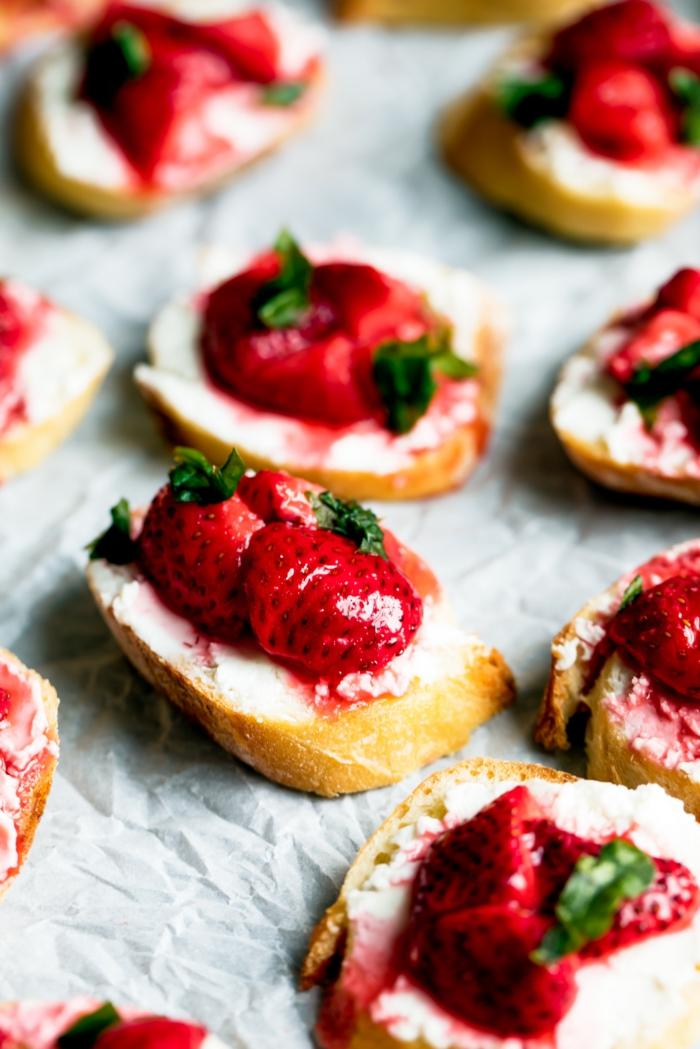 bruchettas aux fraises, recette apéro dinatoire facile, recettes sans cuisson, pain blanc