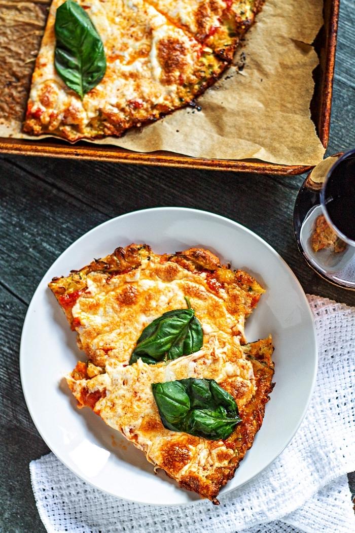 recette avec des courgettes pour faire croûte de pizza faible en glucides, recette de pizza low carb à base de cougettes