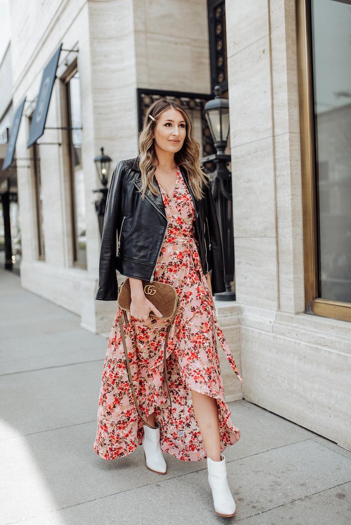 Robe longue fleurie et veste en cuir noir, idée bohème casual chic mode, image stylée, tenue chic femme