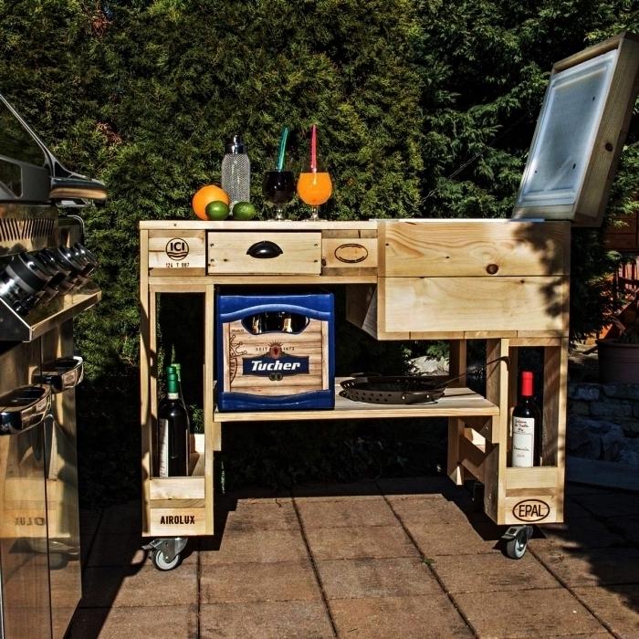 meuble avec palette en bois pour le jardin ou la terrasse, bar de jardin en palettes sur roulettes avec espace rangement et compartiment réfrigéré