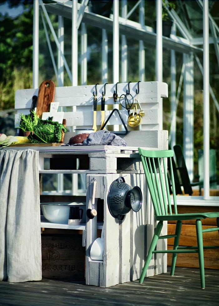 cuisine extérieure en palettes repeintes en blanc avec rangements pour la vaisselle, fabriquer meuble avec palettes pour l'aménagement d'une cuisine extérieure