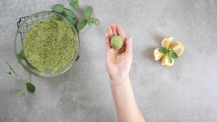faire des boulettes dans la pâte à falafel maison, apero dinatoire original de boulette au pois chiche