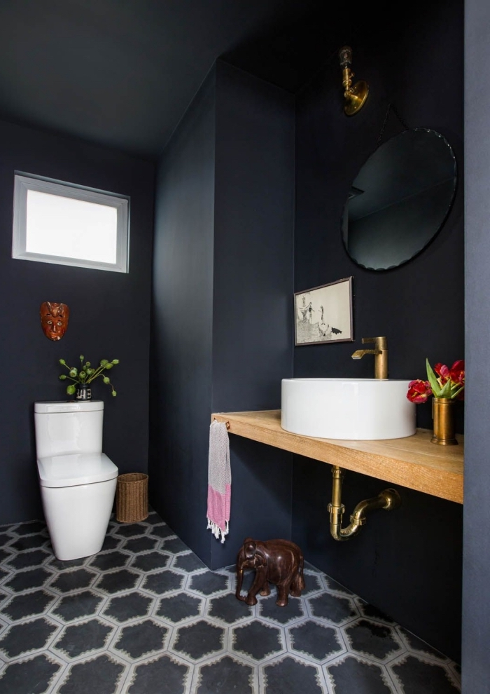 exemple de petite salle de bain noire avec meuble sous vasque en bois, salle de bain tendance aux motifs héxagonaux