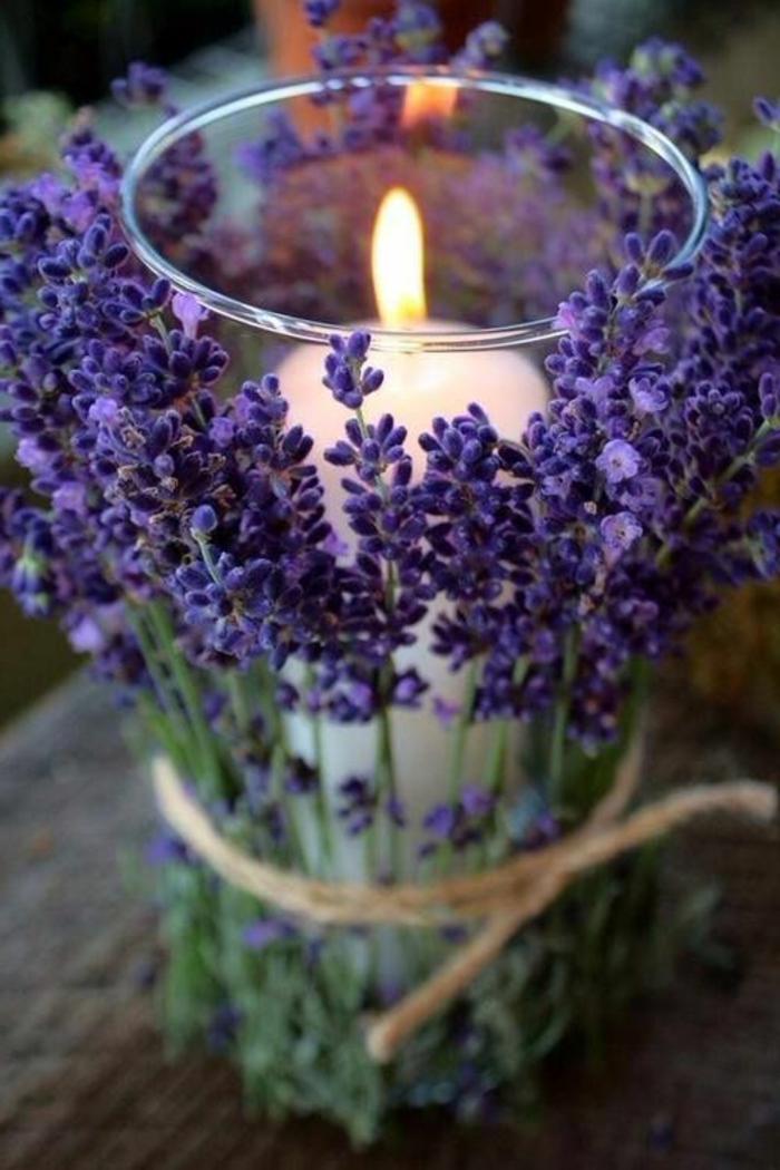 porte bougie verre enveloppé de fleurs lilas subtiles attachées avec ficelle de lin, décoration de table rustique